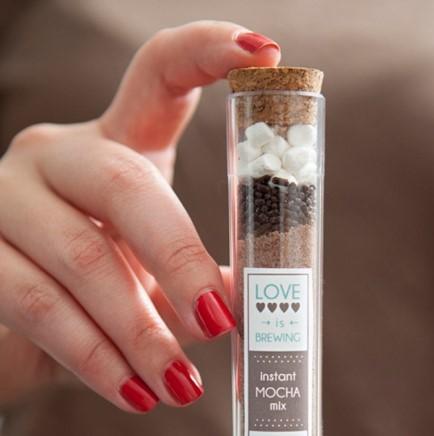 Réchauffez votre mariage hivernal avec un délicieux cadeau : Latte Moka