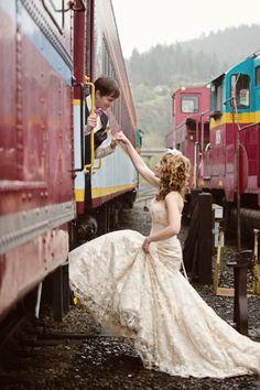 En voiture pour un mariage insolite à bord d'un train !