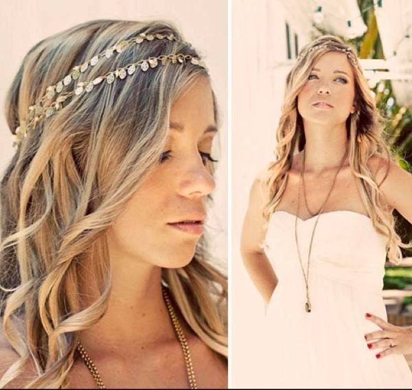 Dernier look bohème, optez pour un accessoire type bandeau afin de maintenir vos cheveux, et laissez les longueurs tombantes sur vos épaules.