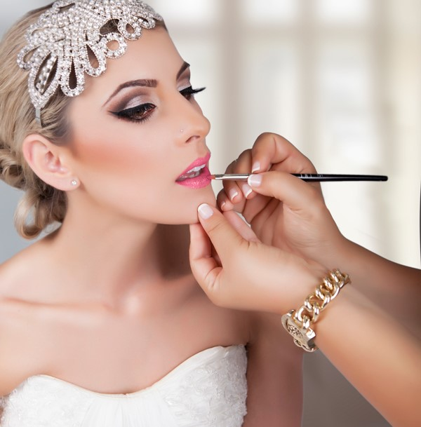 Maquillage pour mariage avec robe rouge