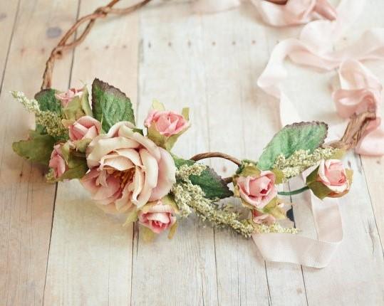 Coiffure de Mariage, quoi de plus frais et tendance qu'une couronne de fleurs?