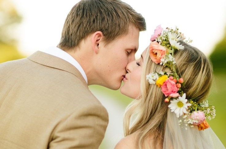 coiffure de mariage quoi de plus frais et tendance qu une couronne de fleurs yes i do mariage. Black Bedroom Furniture Sets. Home Design Ideas